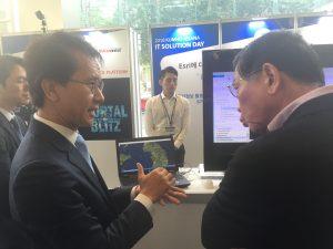 한국에스리 부스에 들린 박삼구 회장에게 GeoEvent에 대해 설명 중인 김상문 상무